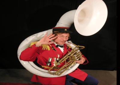 personnage suisse animation la fanfar la fete au village mister bolome avec tuba